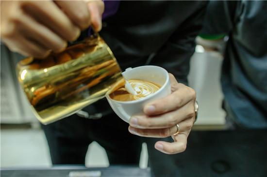 barista thành thạo kỹ năng latte art