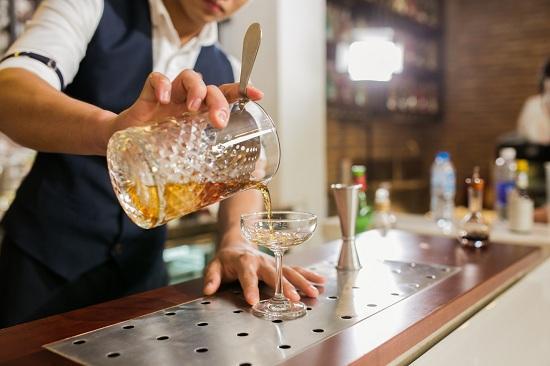 bartender khéo léo và sáng tạo