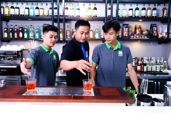giảng viên hướng dẫn pha cocktail