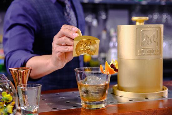 pha chế cocktail với rượu