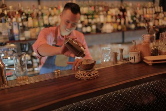 Phạm Minh Tân pha chế cocktail